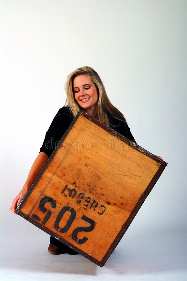 Muchacha que levanta un rectángulo pesado imagen de archivo