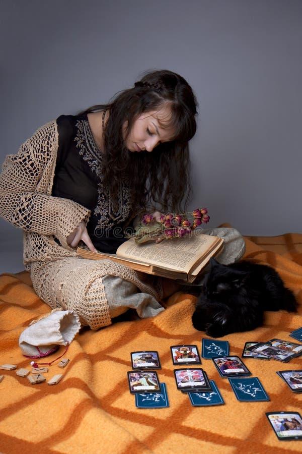 Muchacha que leyó las tarjetas imagen de archivo