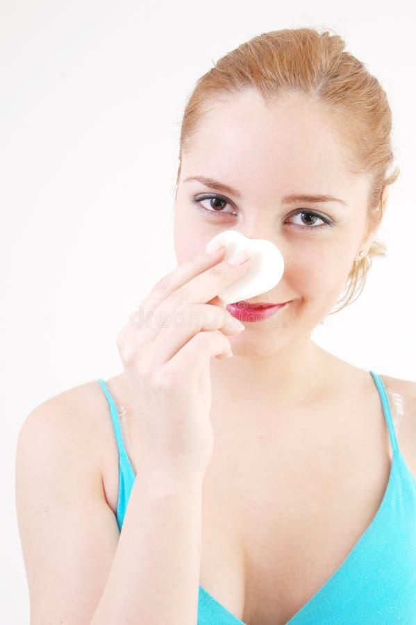 Muchacha que limpia su maquillaje fotos de archivo libres de regalías