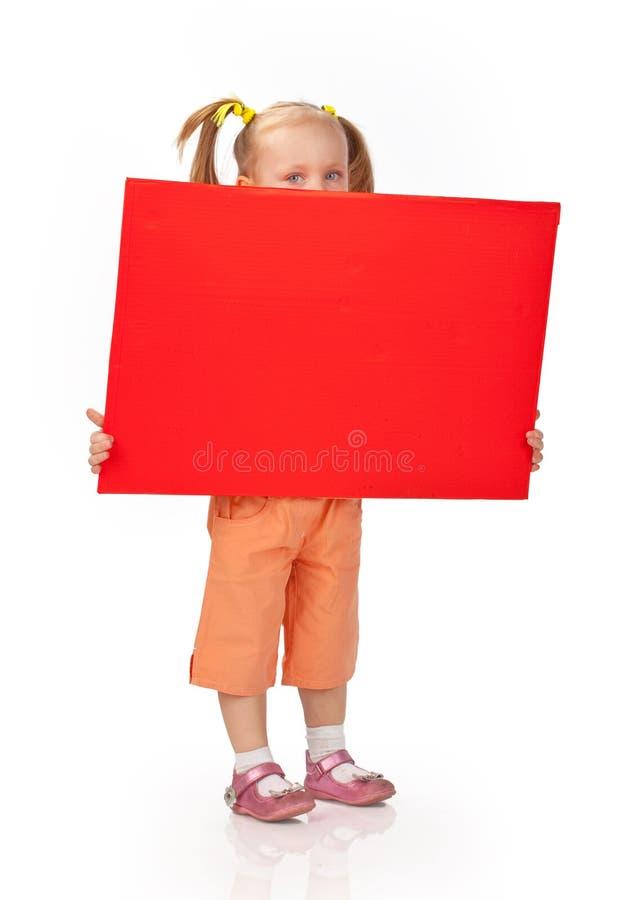 Muchacha que lleva a cabo la muestra en blanco fotografía de archivo libre de regalías