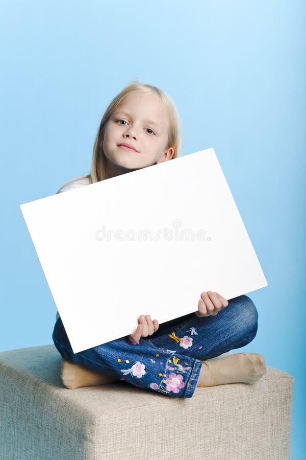 Muchacha que lleva a cabo una nota fotos de archivo libres de regalías