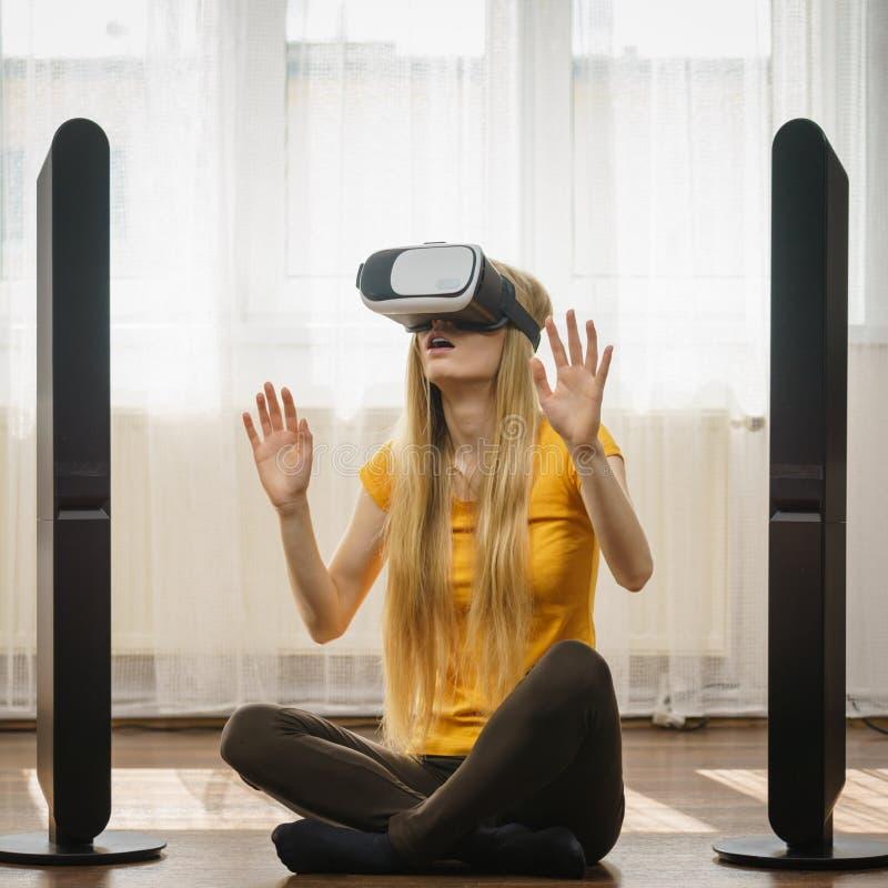 Download Muchacha Que Lleva Gafas De La Realidad Virtual En Casa Imagen de archivo - Imagen de tech, educación: 100535121
