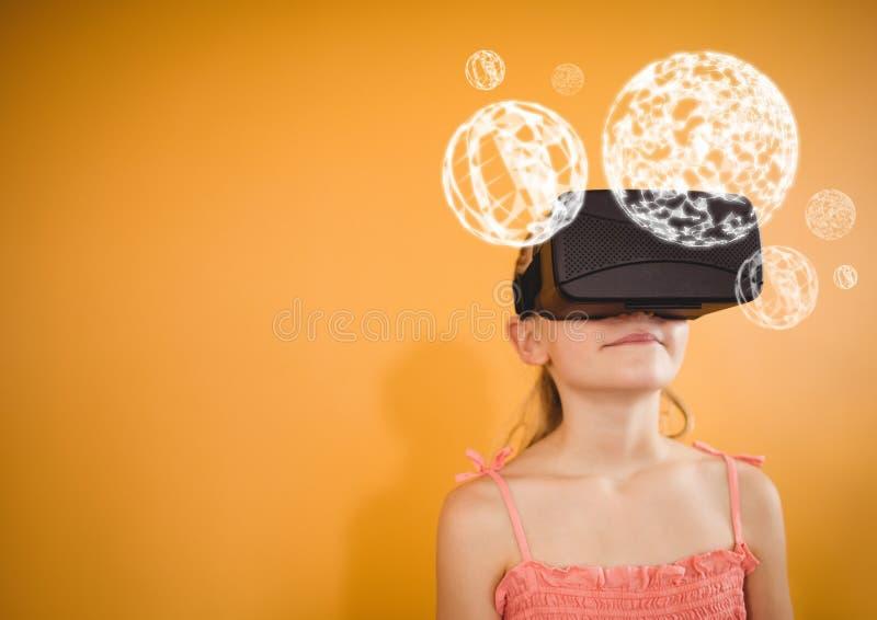 Muchacha que lleva las auriculares de la realidad virtual de VR con los orbes del interfaz fotos de archivo