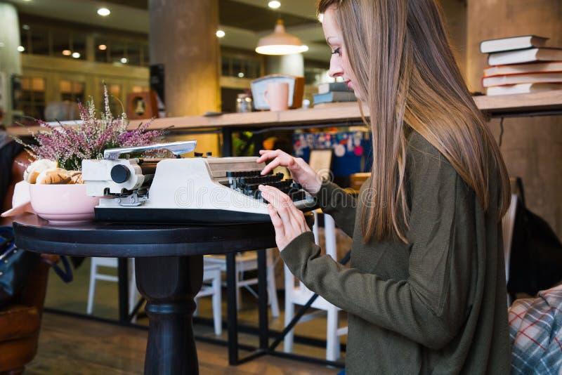 Muchacha que mecanografía en la máquina de escribir fotografía de archivo libre de regalías