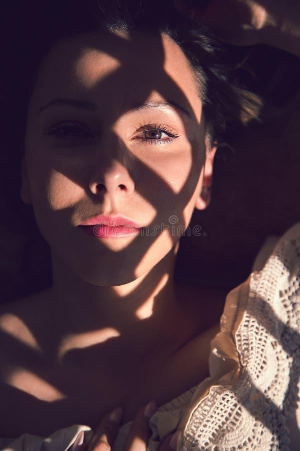 Muchacha que miente en el sol que mira la cámara fotos de archivo libres de regalías