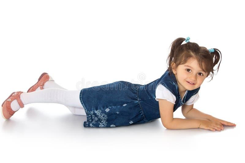 Muchacha que miente en el suelo fotografía de archivo