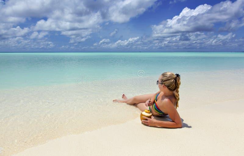 Muchacha que miente en la playa imagen de archivo libre de regalías