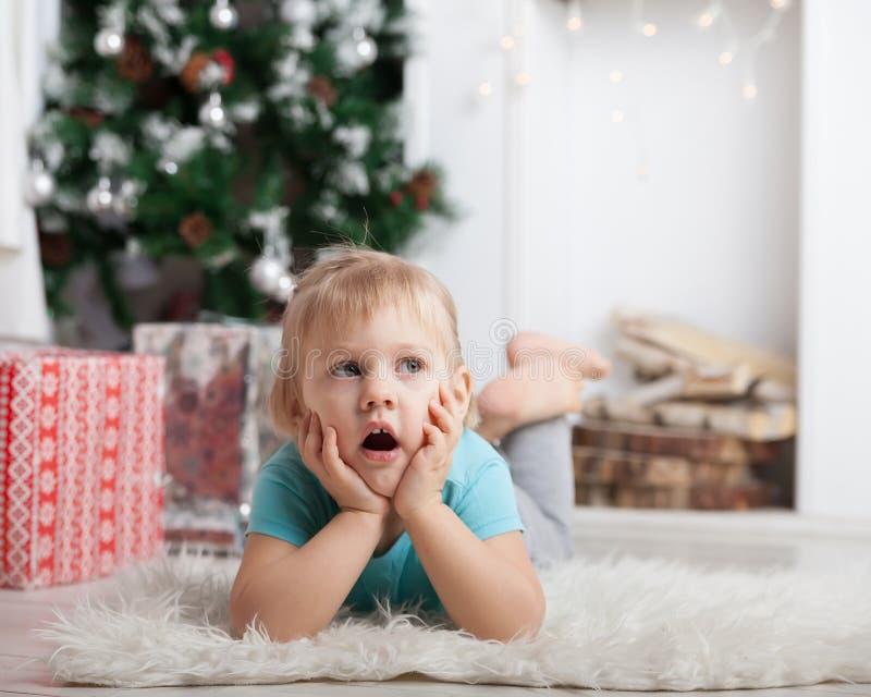 Muchacha que miente en piso al lado de los regalos fotos de archivo