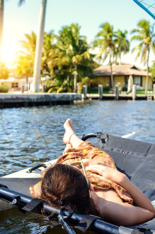 muchacha que miente en un catamar?n navegante fotografía de archivo libre de regalías