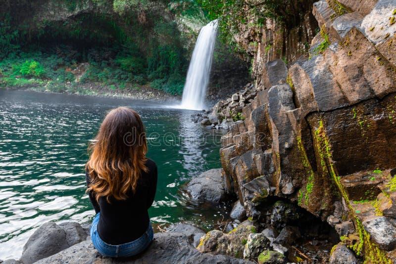 Muchacha que mira la cascada de Paix del La de Bassin en Reunion Island foto de archivo libre de regalías