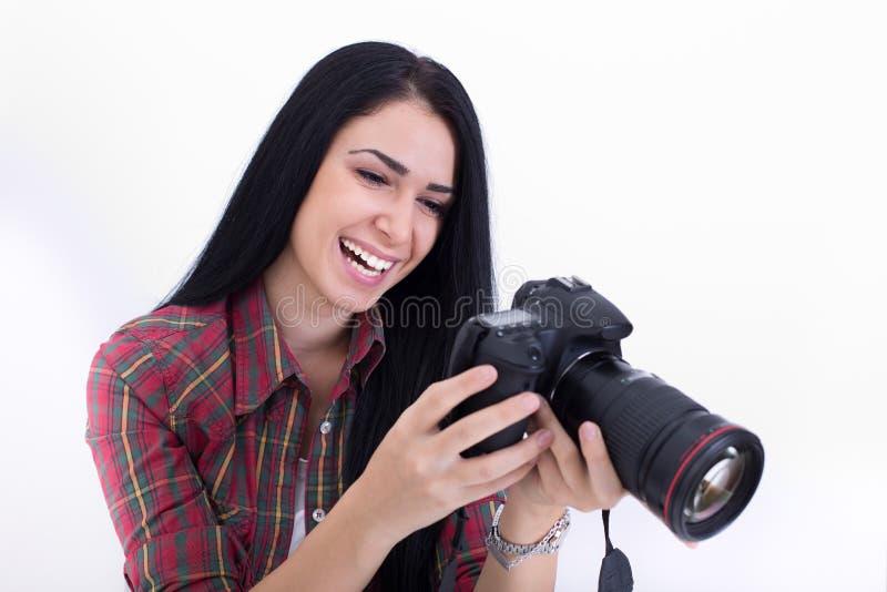 Muchacha que mira la exhibición de la cámara fotos de archivo
