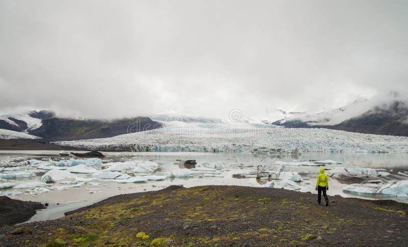 Muchacha que mira la laguna del glaciar cerca de Skaftafell fotos de archivo libres de regalías