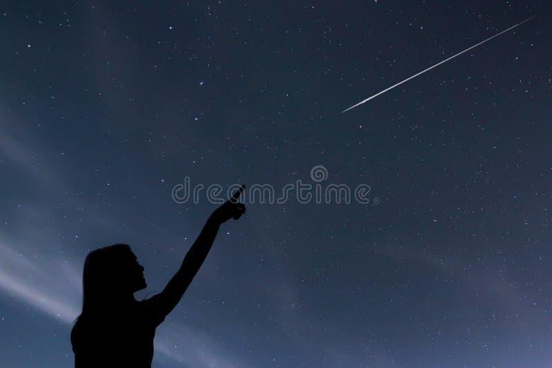 Muchacha que mira las estrellas Muchacha que hace un deseo viendo un shooti imagenes de archivo