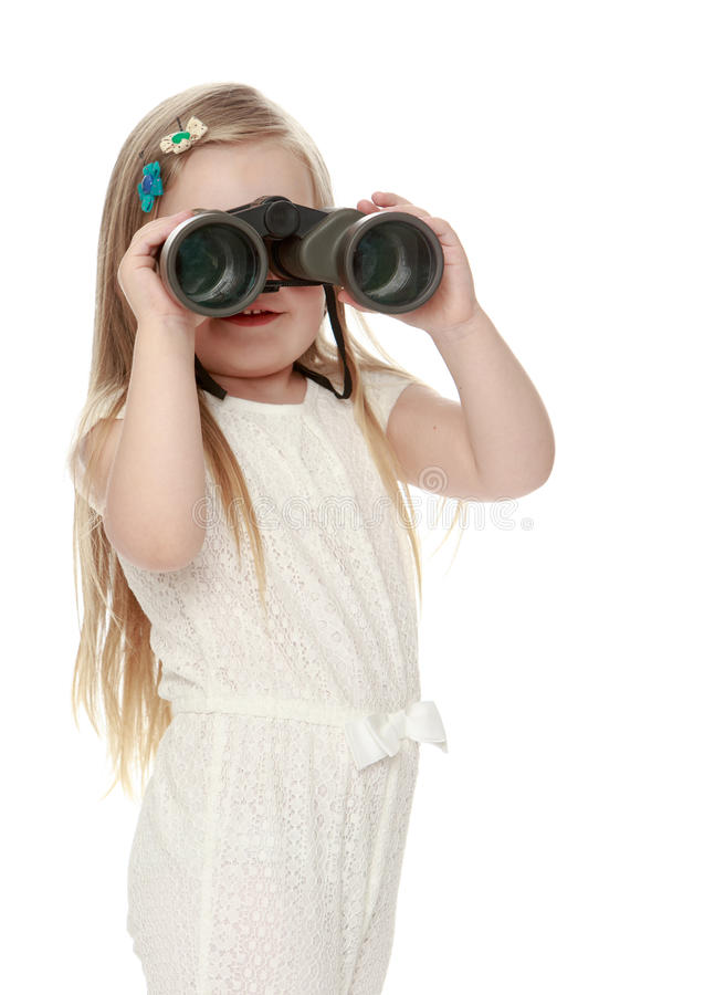 Muchacha que mira a través de los prismáticos foto de archivo libre de regalías