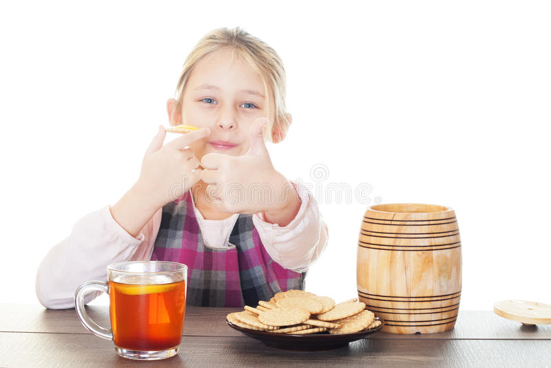 Muchacha que muestra el pulgar y que come la miel foto de archivo