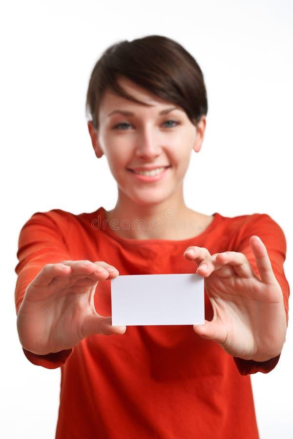 Muchacha que muestra la tarjeta de visita en blanco foto de archivo