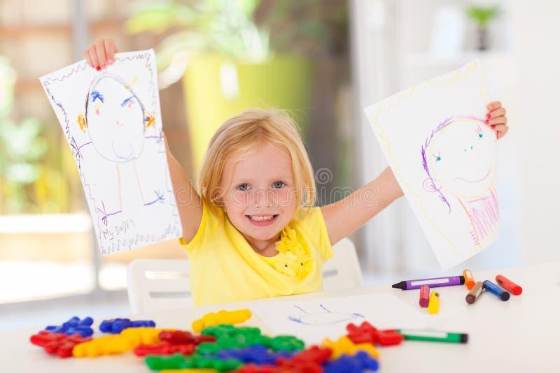 Muchacha que muestra su gráfico foto de archivo