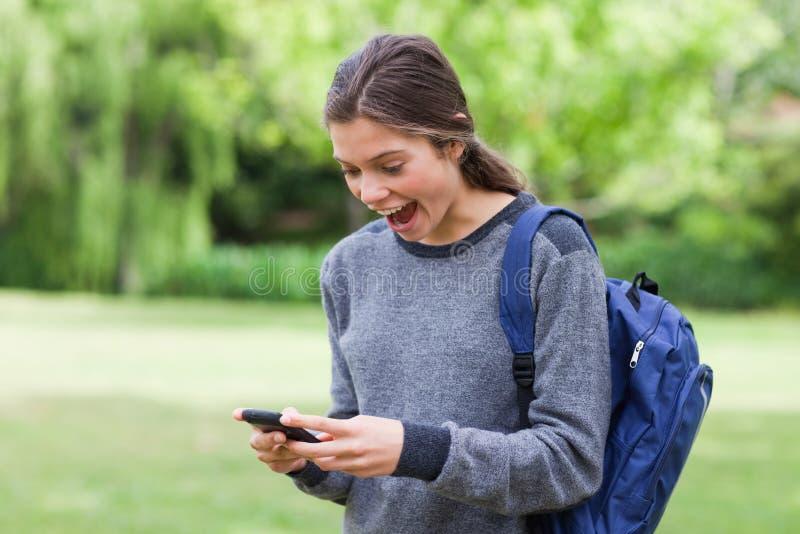 Muchacha que muestra su sorpresa después de recibir un texto fotos de archivo libres de regalías