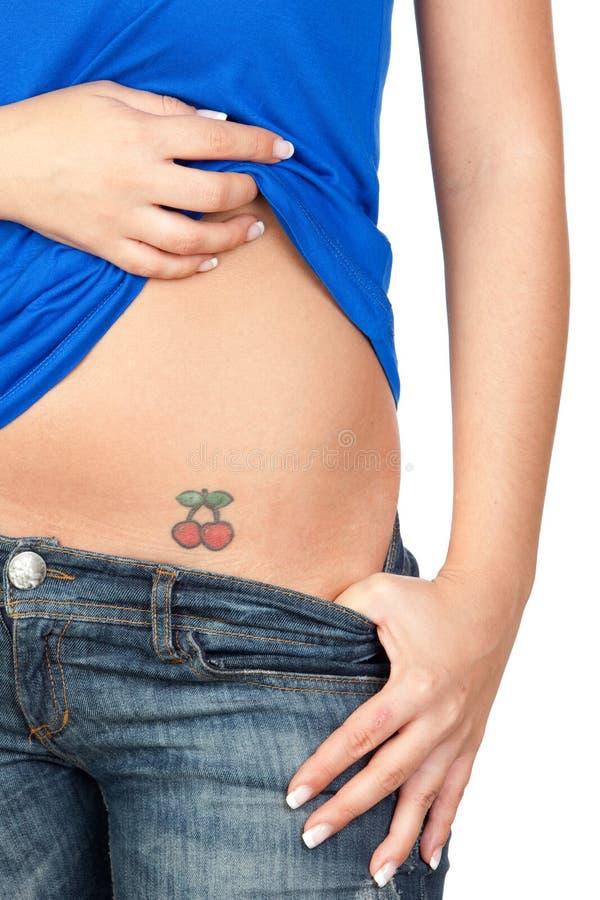 Muchacha que muestra su tatuaje foto de archivo