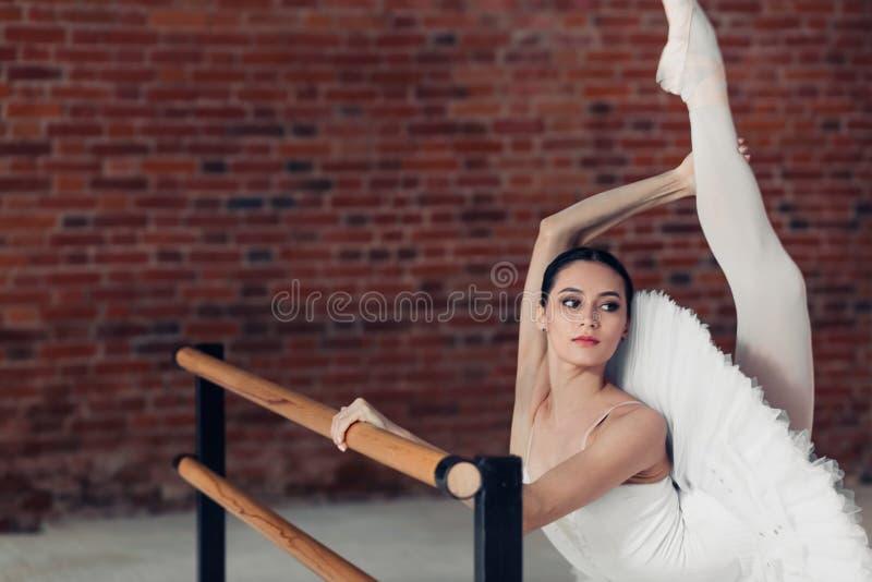 Muchacha que muestra sus técnicas de baile foto de archivo
