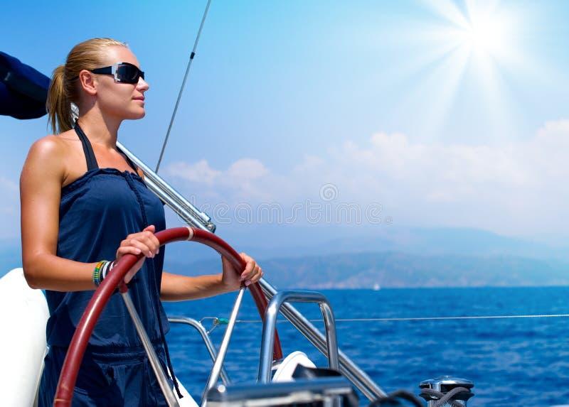 Muchacha que navega un barco de vela fotos de archivo