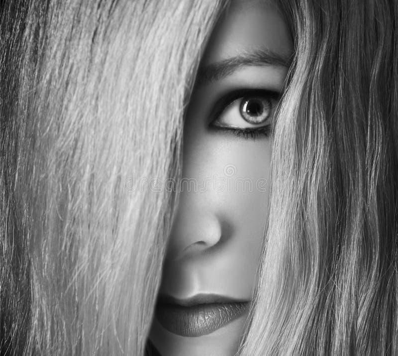 Muchacha que oculta detrás del pelo en cara foto de archivo libre de regalías