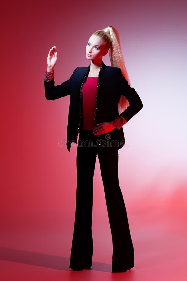 Muchacha que parece la muñeca de Barbie imágenes de archivo libres de regalías