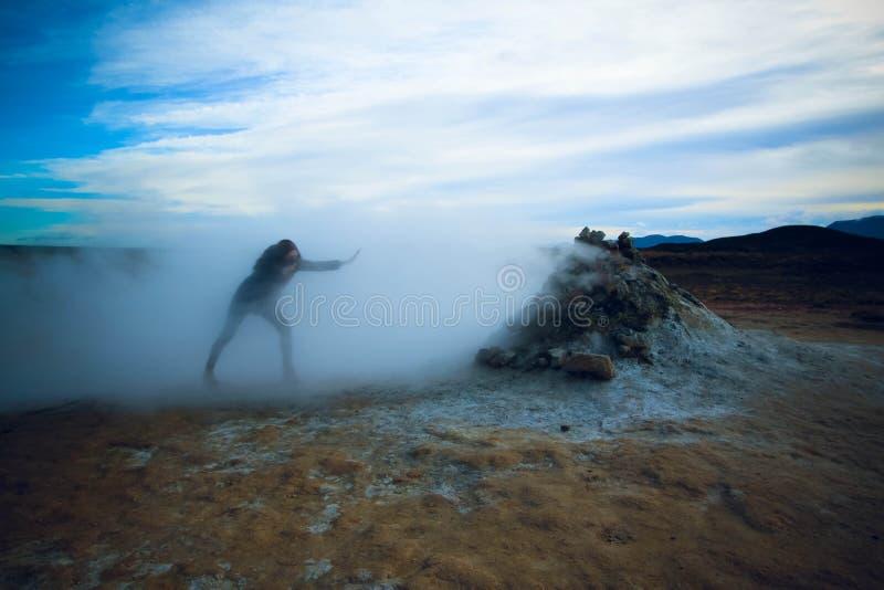Muchacha que pasa a través del vapor, Hverir Islandia imagen de archivo