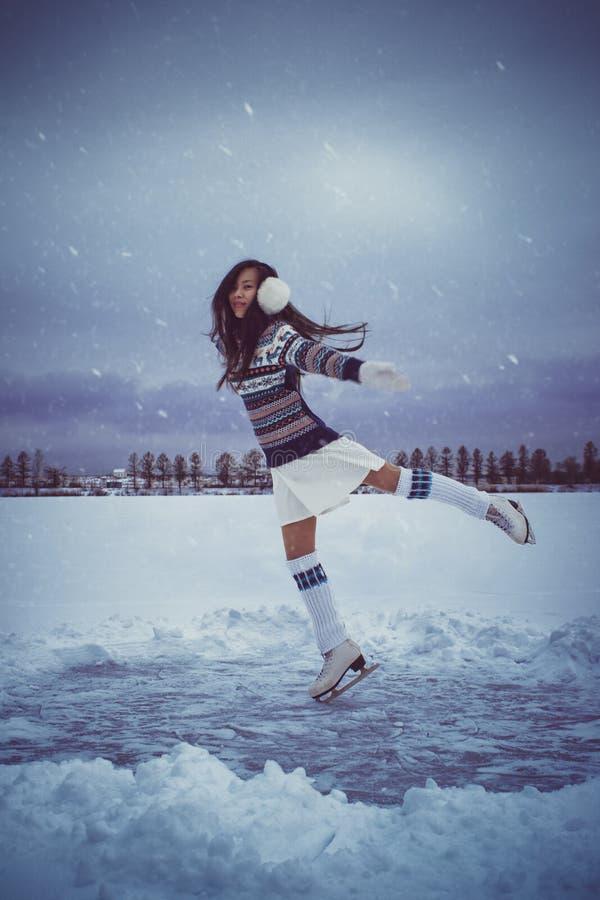 Muchacha que patina al aire libre en el invierno fotografía de archivo libre de regalías