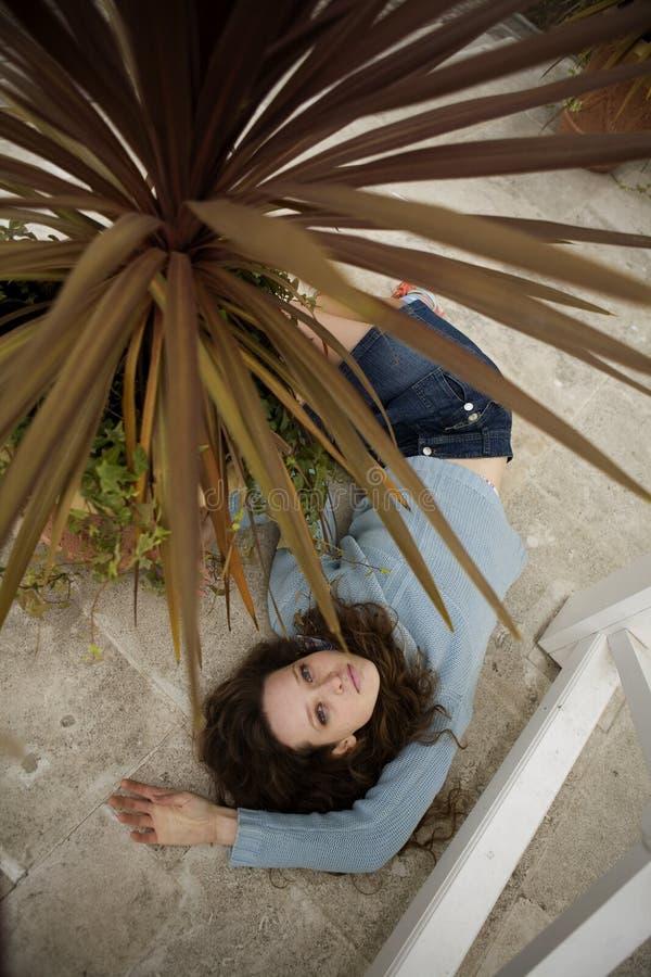Download Muchacha Que Pone En La Escalera Foto de archivo - Imagen de adulto, persona: 7278116