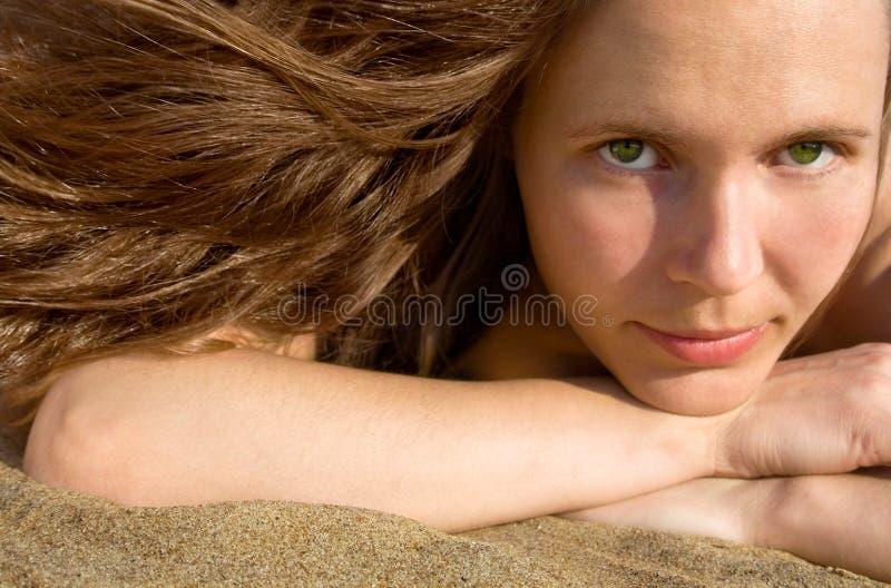 Muchacha que pone en un beach-2 imagenes de archivo