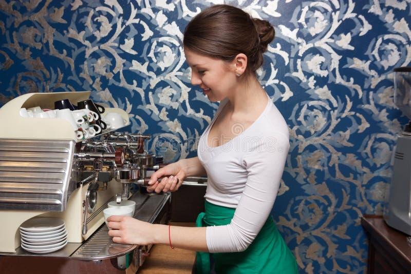 Muchacha que prepara el café fotos de archivo libres de regalías