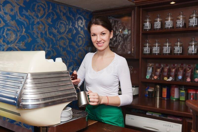 Muchacha que prepara el café con leche fotografía de archivo