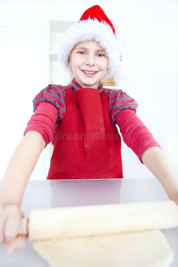 Muchacha que prepara la torta de la Navidad imagen de archivo