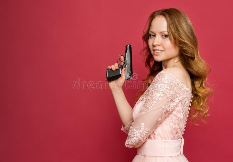 Muchacha que presenta como agente secreto de la muchacha fotos de archivo