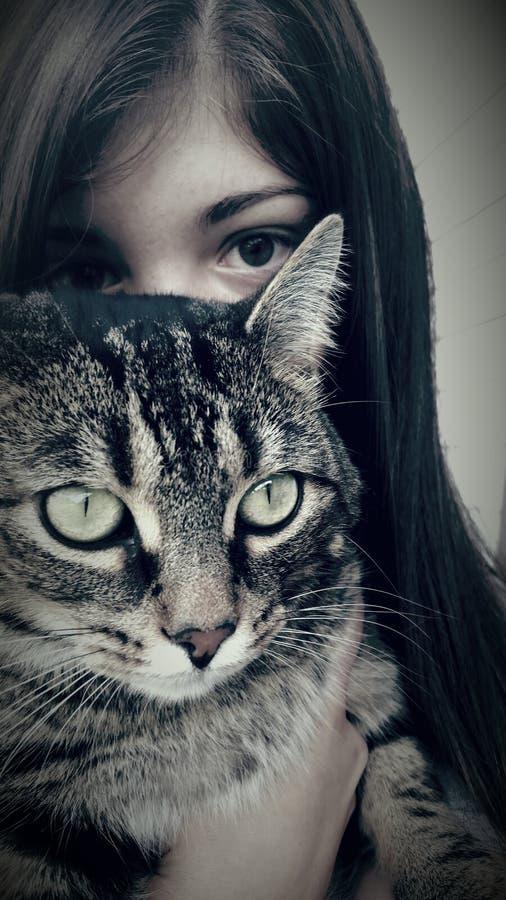 Muchacha que presenta con el gato fotos de archivo libres de regalías