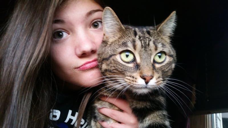 Muchacha que presenta con el gato fotos de archivo