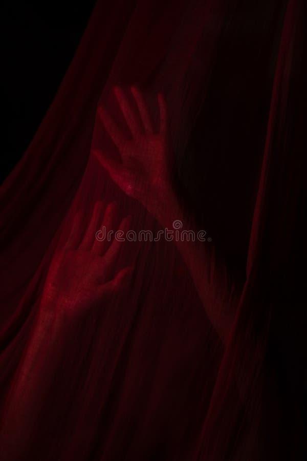 Muchacha que presenta con la tela roja imágenes de archivo libres de regalías