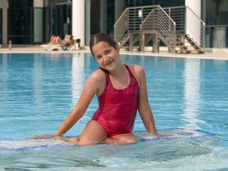 Muchacha que presenta en la piscina fotos de archivo libres de regalías