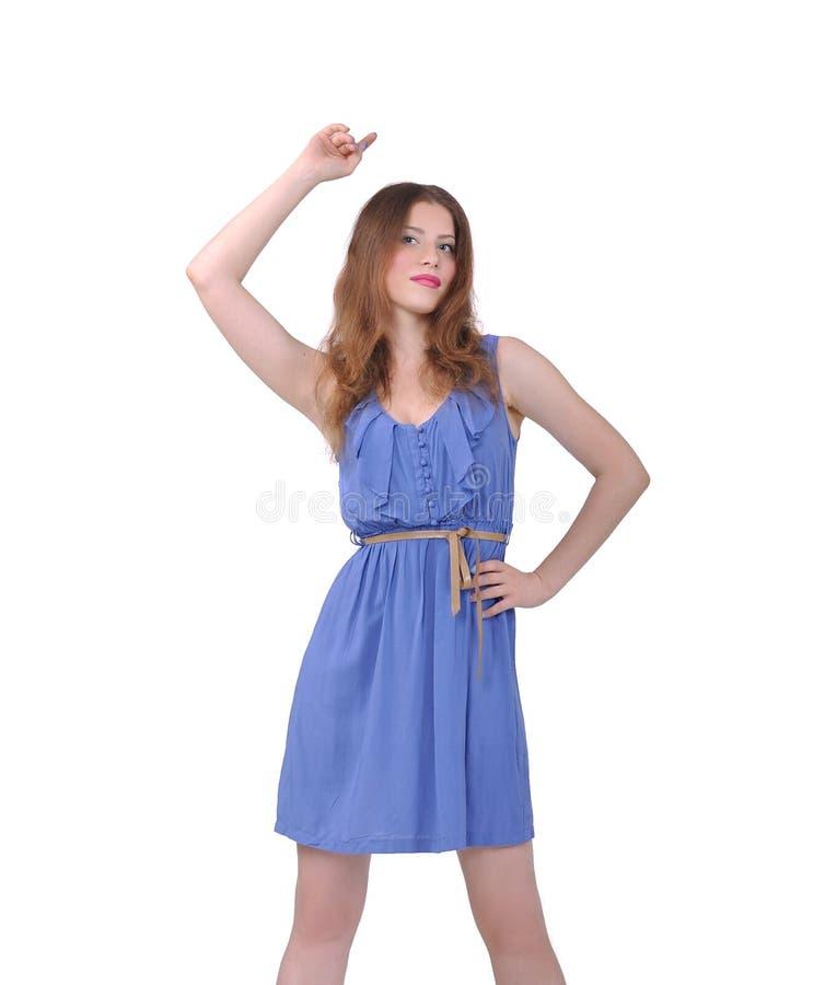 Muchacha que presenta en un vestido azul fotos de archivo libres de regalías