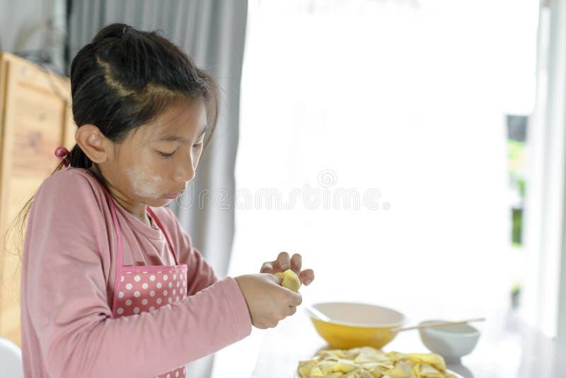 Muchacha que procesa la bola de masa hervida hecha en casa en su mano, concepto de la forma de vida foto de archivo