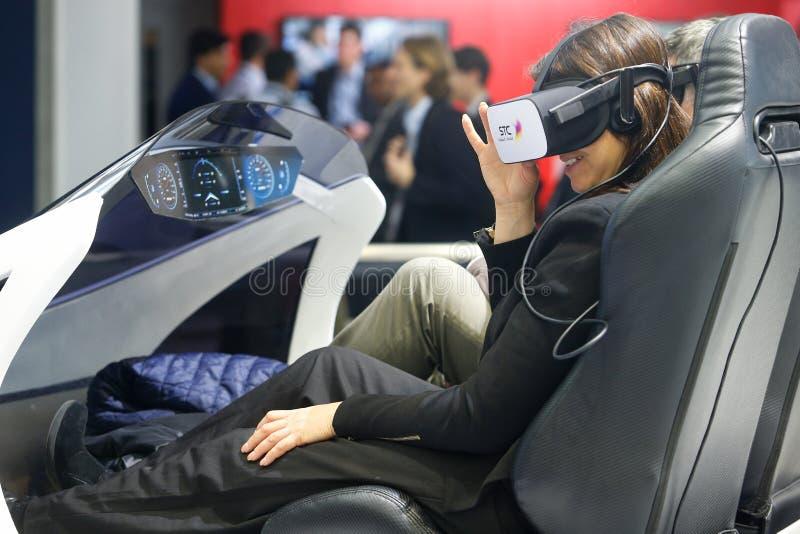 Muchacha que prueba experiencia del abejón de VR en la cabina de la STC en MWC 2019 fotografía de archivo libre de regalías