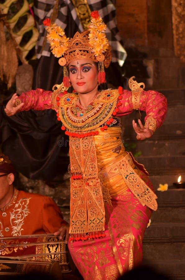 Muchacha que realiza la danza de Barong imagenes de archivo