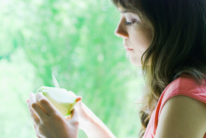 Muchacha que rebana la manzana imágenes de archivo libres de regalías
