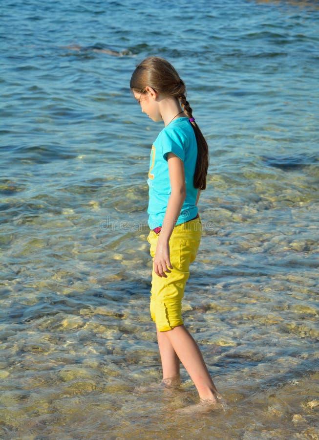 Muchacha que recorre en la playa foto de archivo libre de regalías