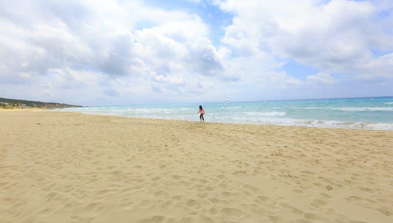 Muchacha que recorre en la playa fotografía de archivo libre de regalías
