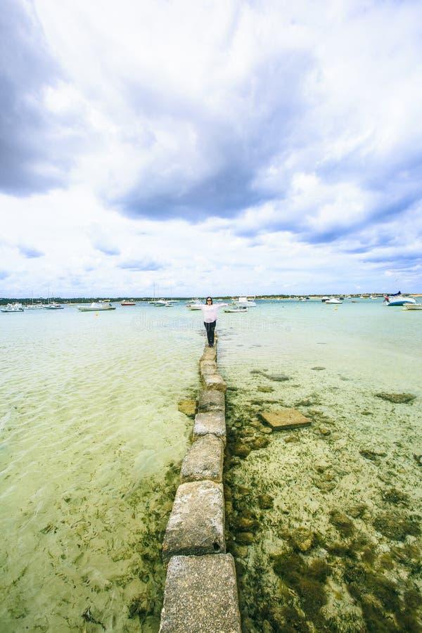 Muchacha que recorre en la playa fotos de archivo libres de regalías