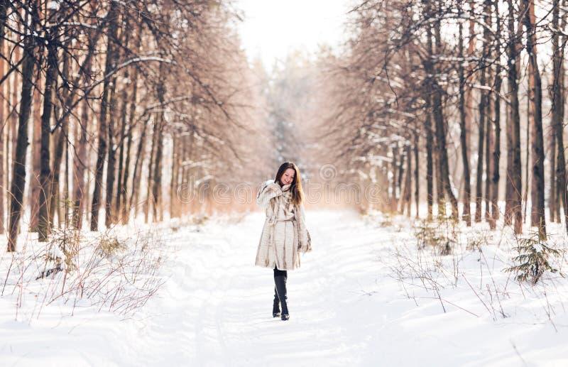 Muchacha que recorre en nieve Invierno, frío y concepto de la gente fotos de archivo libres de regalías