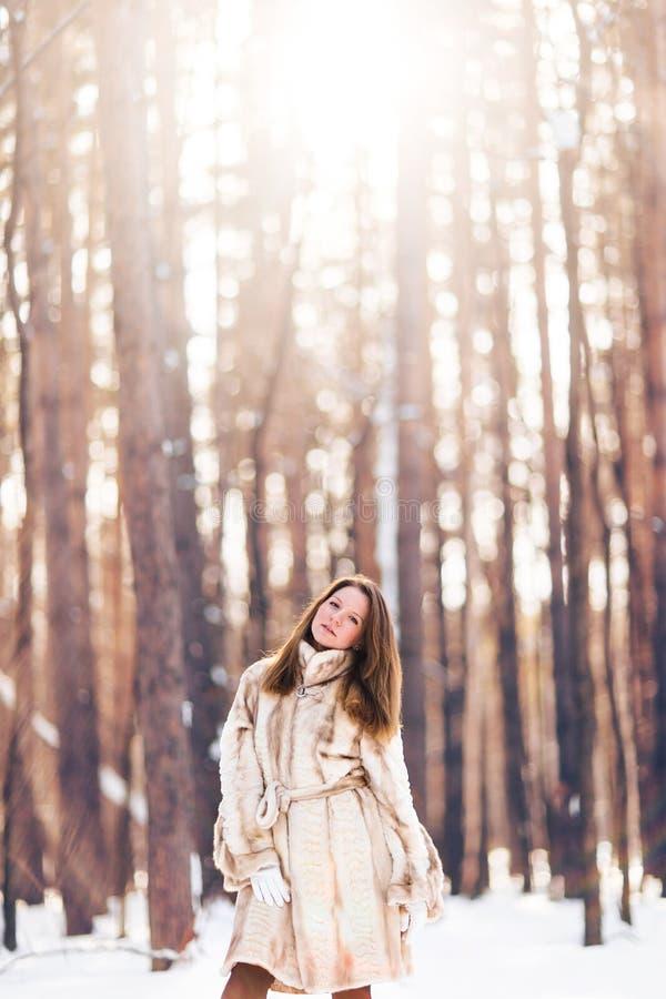 Muchacha que recorre en nieve Invierno, frío y concepto de la gente imagenes de archivo