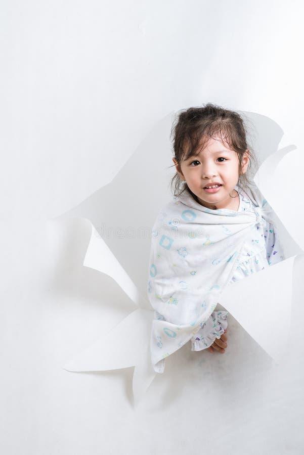 Muchacha que sale de un agujero en el fondo blanco #3 fotos de archivo libres de regalías